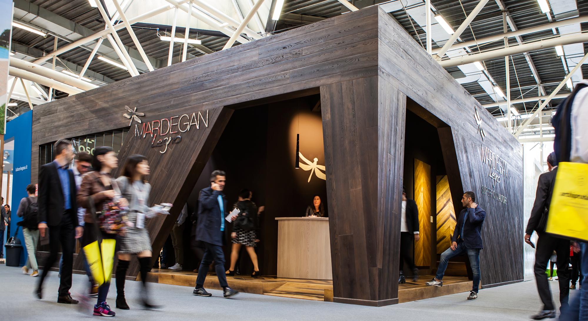 Esempio di stand fieristico in legno progettato per Mardegan Legno al Cersaie