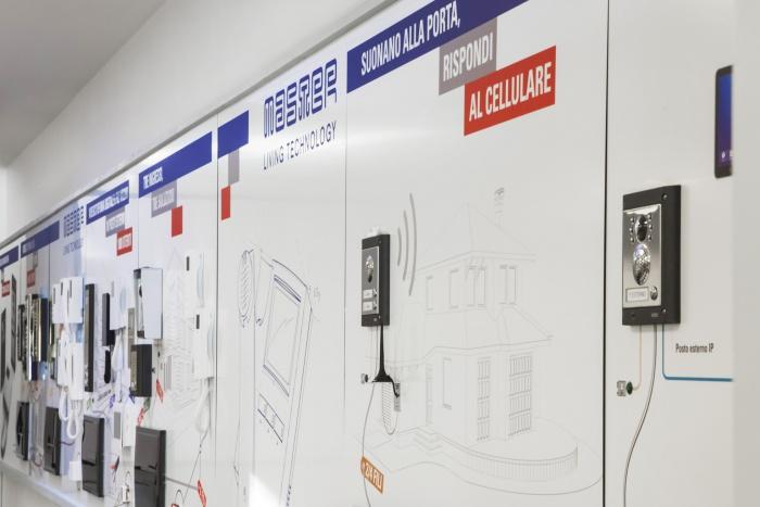 Esempi di applicazione dell'immagine aziendale: i pannelli informativi e decorativi di Master