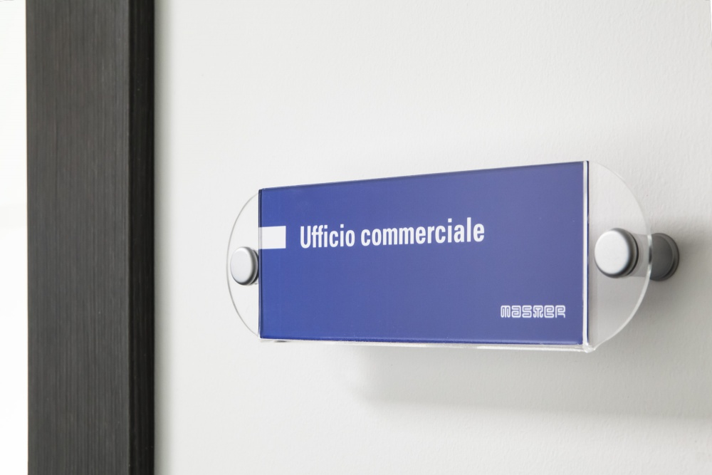 Esempi di applicazione dell'immagine aziendale: le tarhette degli uffici aziendali di Master